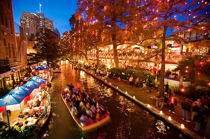 Christmas-on-the-Riverwalk-San-Antonio-Texas-USA.jpg